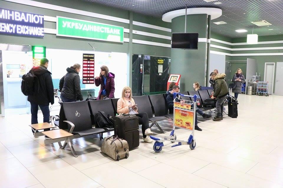 В аэропорту люди дожидаются своего рейса - никакой паники