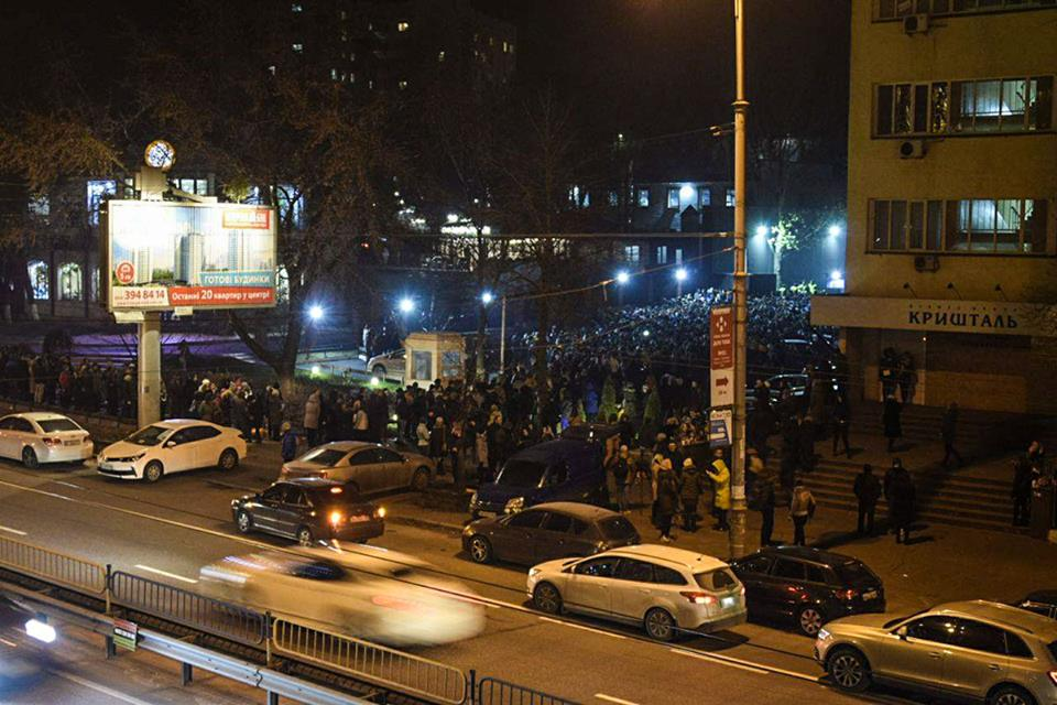 Сейчас у входа вStereo Plaza стоят тысячи фанатов, которых не пускают вовнутрь