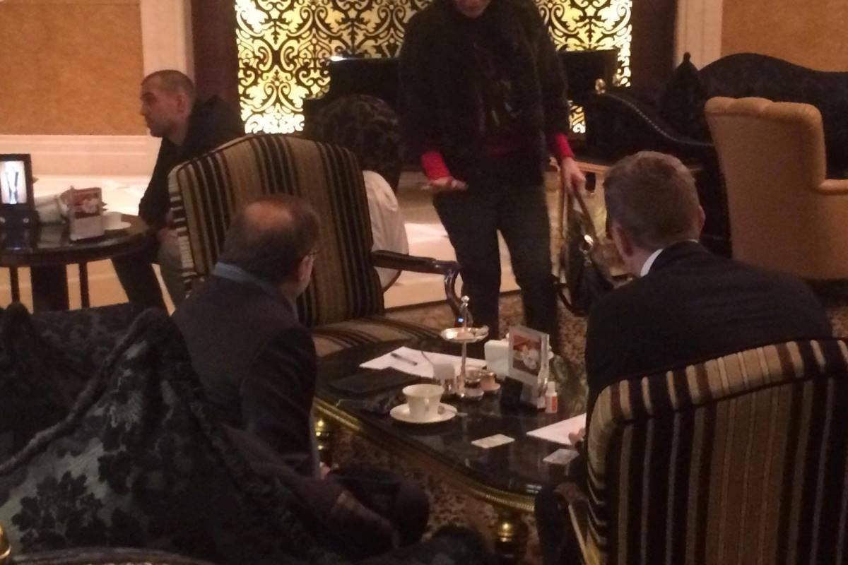 Французский дипломат греется в отеле. Журналистов к нему не пускают