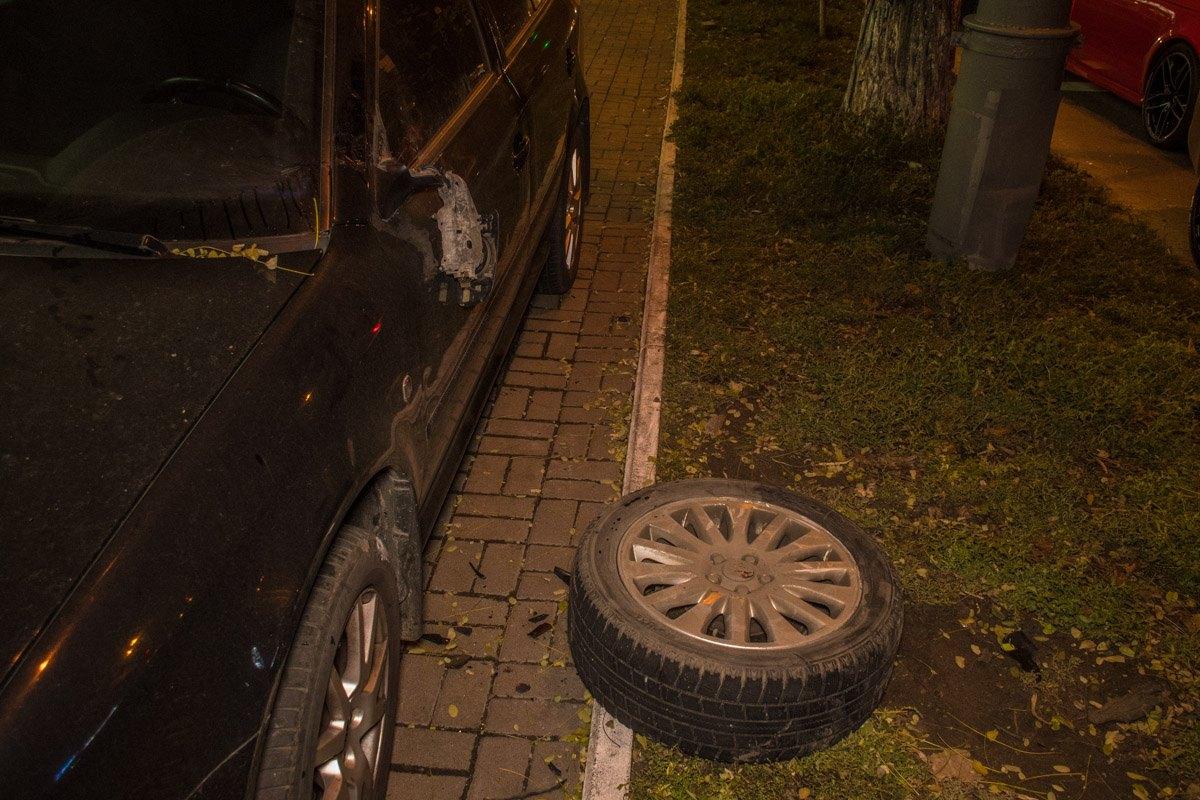 В момент аварии у Volvo отлетело колесо. Оно оставило вмятину в боку припаркованной рядомSkoda