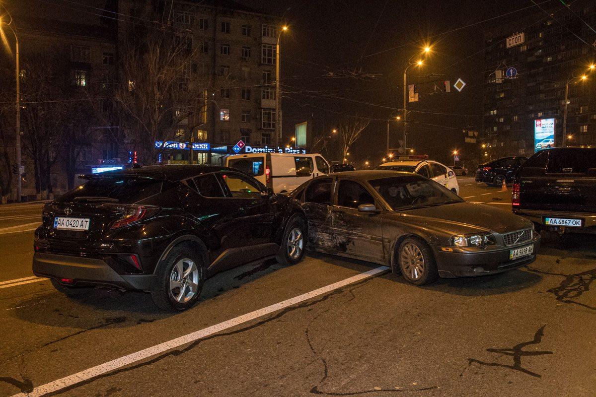 На пересечении бульвара Леси Украинки, улицы Бастионной и Бойчука столкнулись BMW,Volvo иToyota
