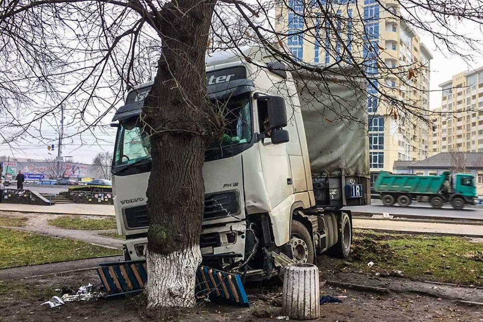 То самое дерево, которое спасло церковь от столкновения с грузовиком