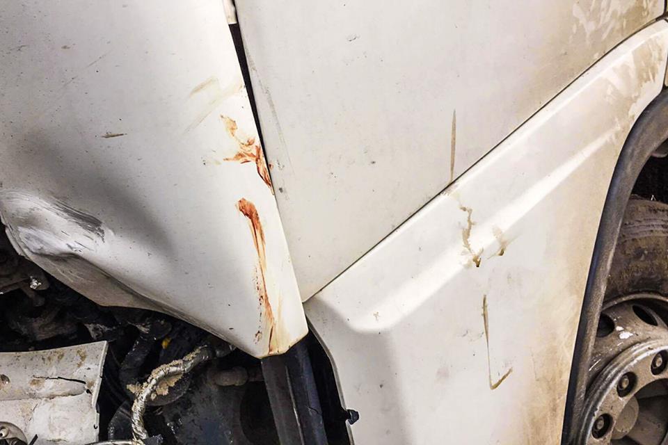 На крыле грузовика остались следы крови