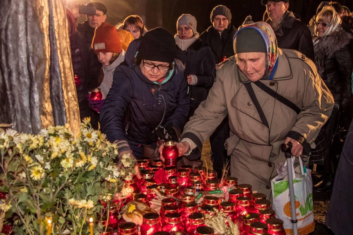 После завершения официальной церемонии люди еще долго зажигали свечи