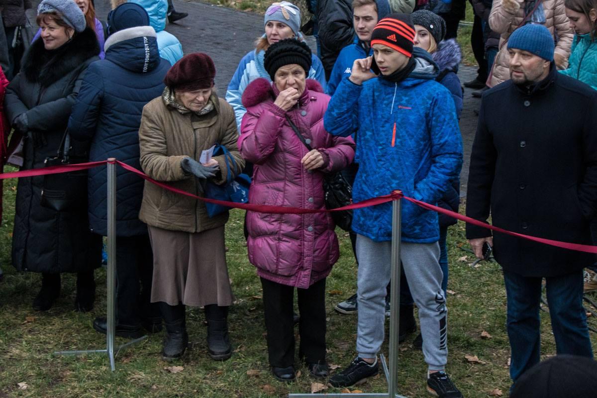Пришедшие к мемориалу жертвам Голодоморов в ожидании Президента