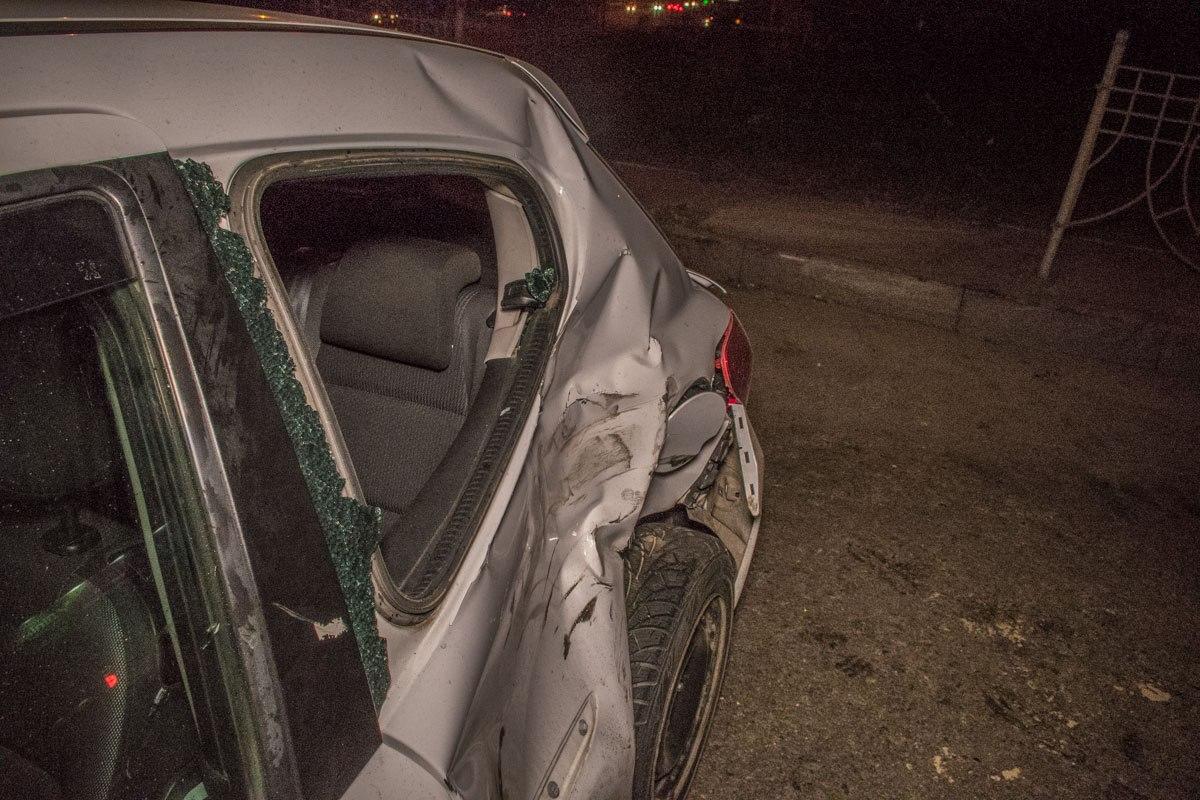 У Peugeot сильно повреждена задняя часть