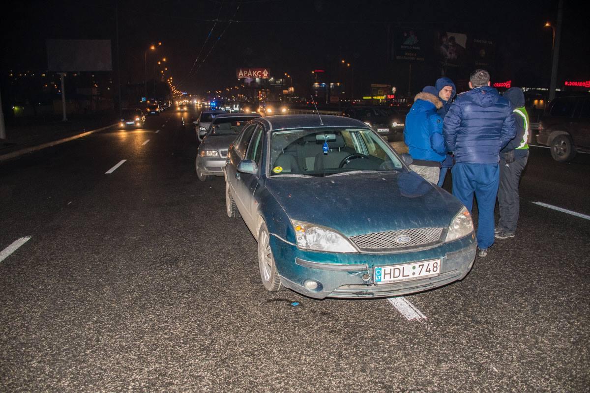 Мужчину, который перебегал дорогу в неположенном месте, сбил Ford Mondeo