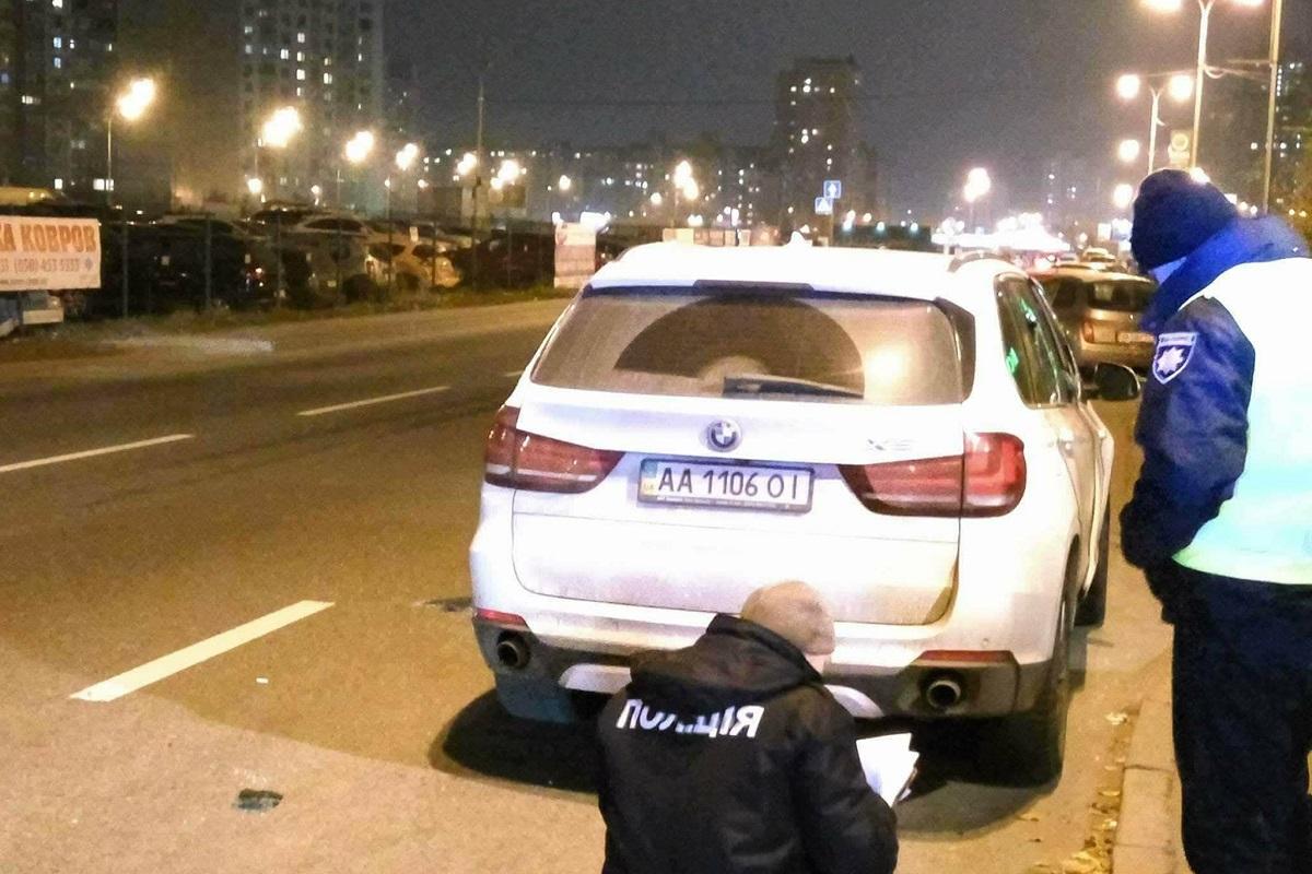 На проспекте Петра Григоренко несколько грабителей напали на валютчика