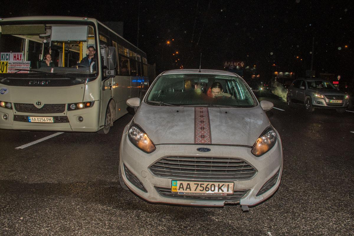 От удара человека отбросило под колеса Ford Fiesta