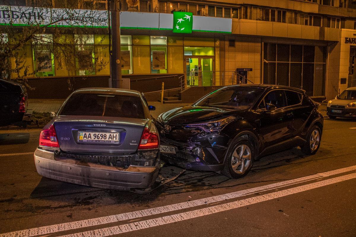 От удараVolvo развернуло. Автомобиль въехал еще и вToyota, который стоял на светофоре