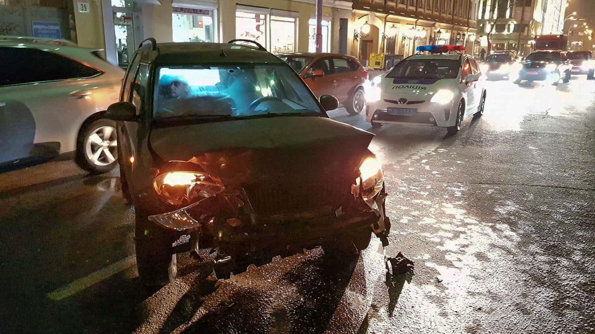 Водитель Skoda Roomster не справился с управлением, вылетел на встречную полосу, врезался вMitsubishi Lancer, который влетел в Volkswagen