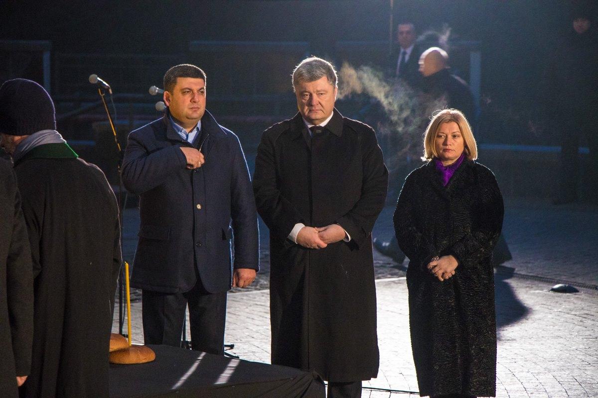 Вместе с Президентом памятные свечи зажгли премьер-министр Украины Владимир Гройсман и вице-спикер Ирина Геращенко