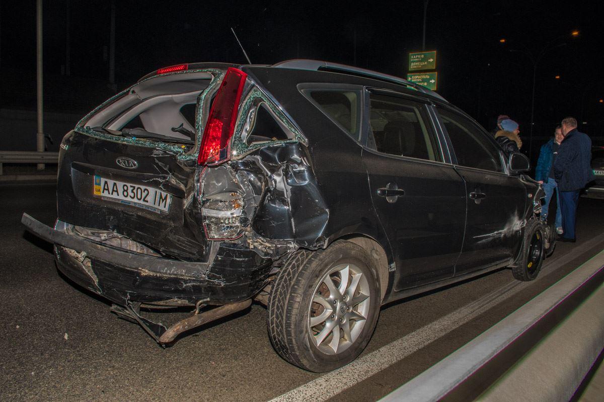 От удара а автомобиле вылетело заднее стекло