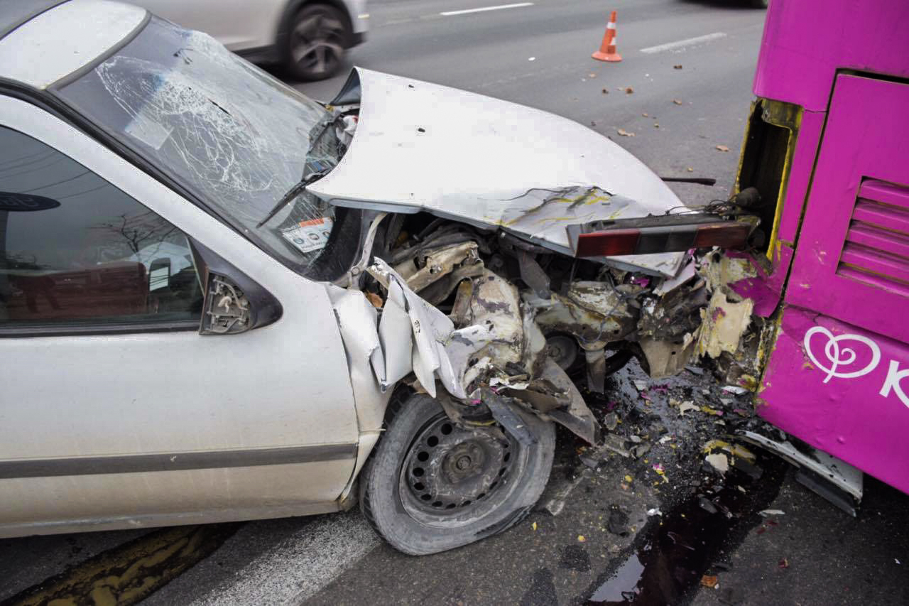 У немца полностью разбитая передняя часть автомобиля и потрескалось лобовое стекло