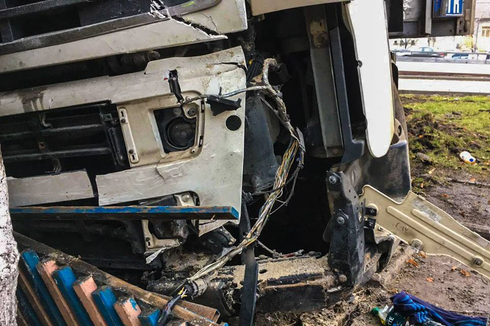Фура получила серьезные повреждения, а у самого водителя - травмы средней тяжести