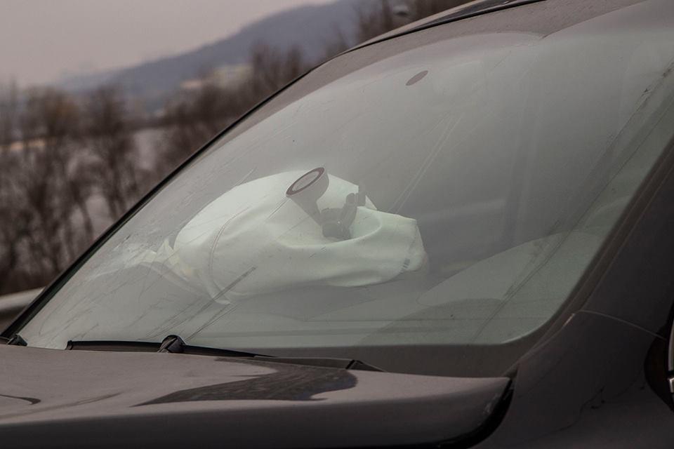 Водитель Volkswagen немного пострадал, несмотря на серьезные повреждения машины