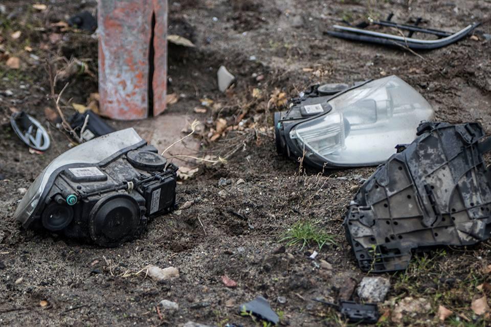 Части от машин разбросаны по газону и проезжей части дороги