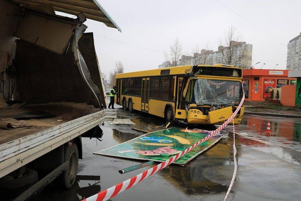 На улице Оноре де Бальзака автобус №21 въехал в припаркованный грузовик
