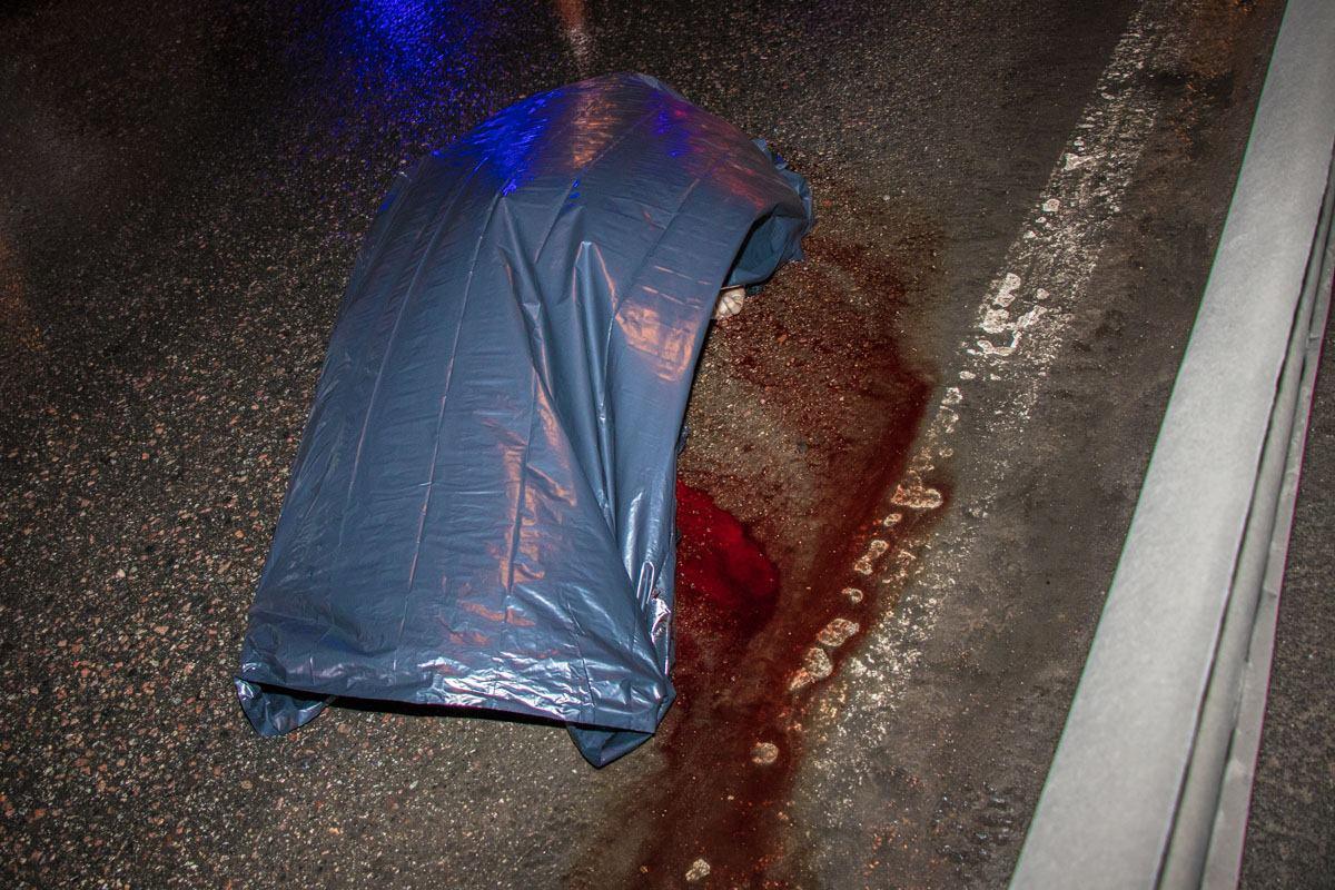Пассажир легковушки вышел толкнуть заглохшее авто и погиб