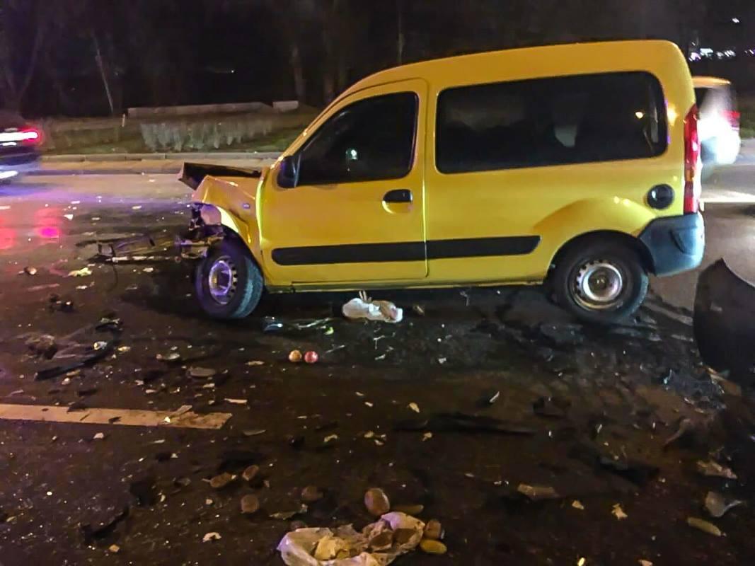 Renault бросило в отбойник и затем еще в две машины