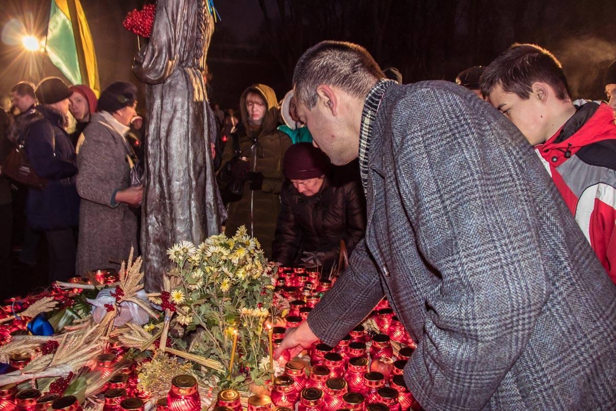 После люди зажгли лампадки в память о погибших в Голодомор 1932-1933 годах