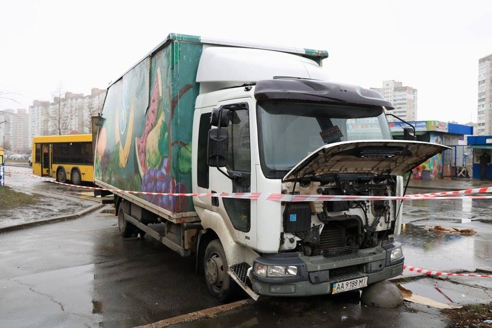 В момент столкновения водителя в грузовике не было
