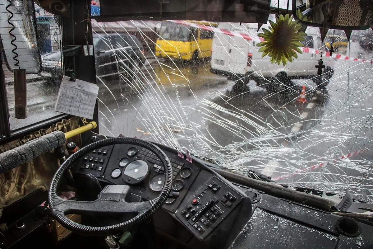 Лобовое стекло общественного транспорта сильно потрескалось