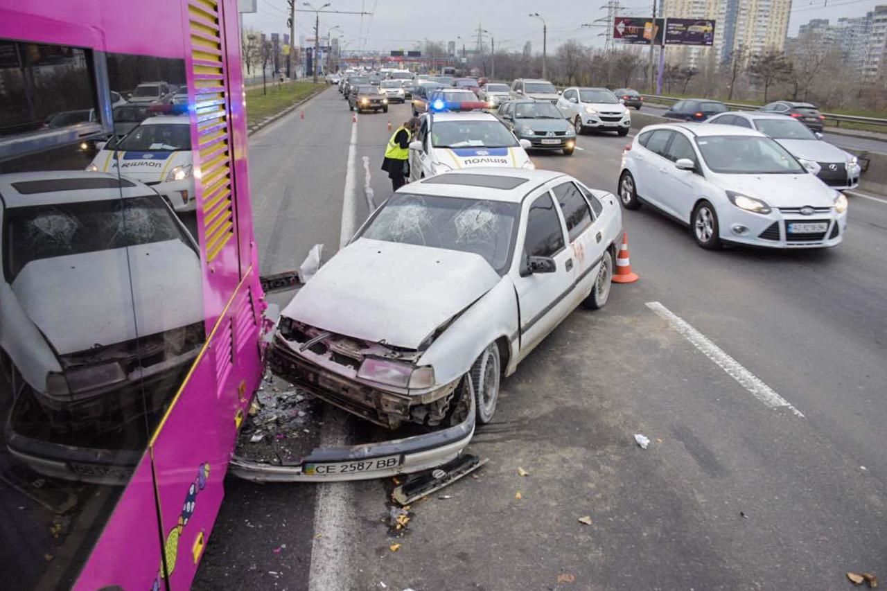 Водителя и пассажира Opel Vectra забрала скорая