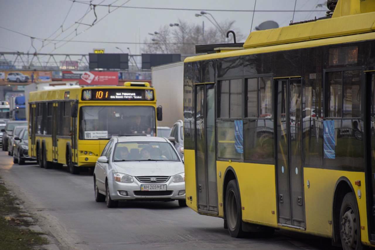Также стоят троллейбусы, которые ездят по этому маршруту