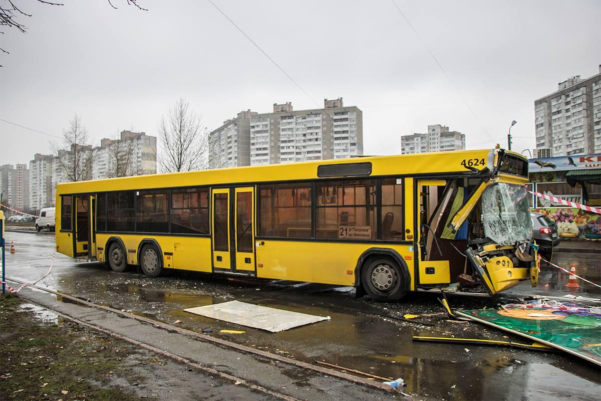Правая передняя часть автобуса полностью разбита