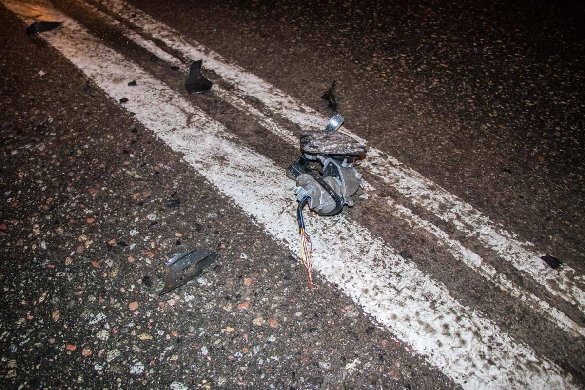 На месте столкновения есть части кузова скрывшегося авто