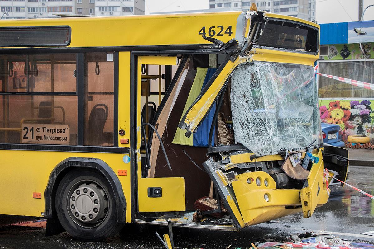 Водитель автобуса не рассчитал дистанцию когда начал сворачивать на остановку