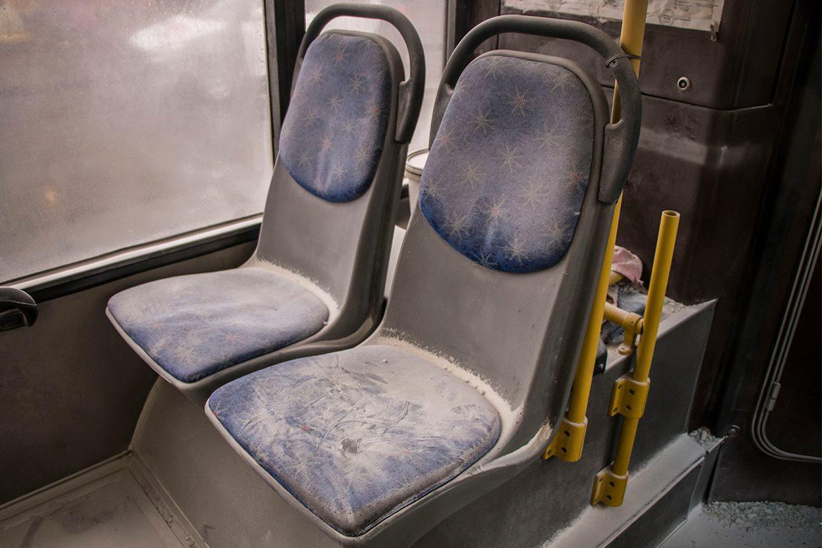 По всему салону автобуса рассыпан белый порошок, предназначение которого нам не удалось узнать