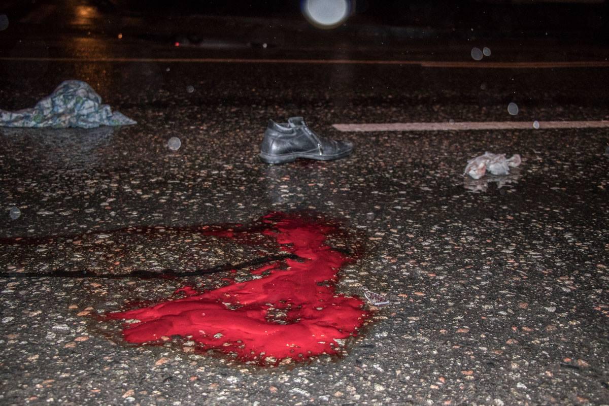 На месте столкновения, помимо следов крови, много личных вещей пострадавших