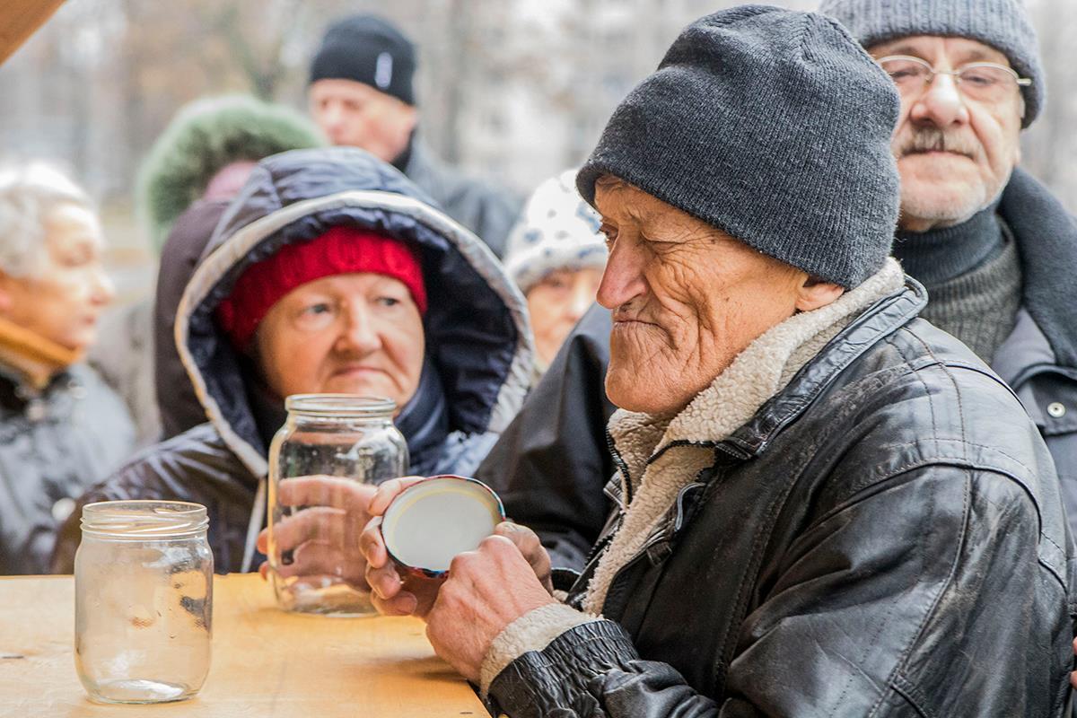 28 ноября за бесплатными обедали пришли около 40 пенсионеров
