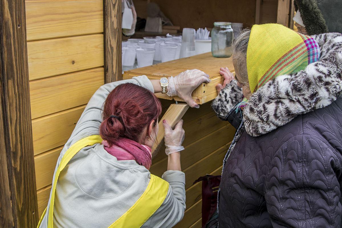 Волонтеры и еду раздают, и пункт раздачи сами ремонтируют