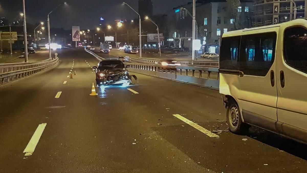 У автомобиля Honda значительно повреждена передняя часть
