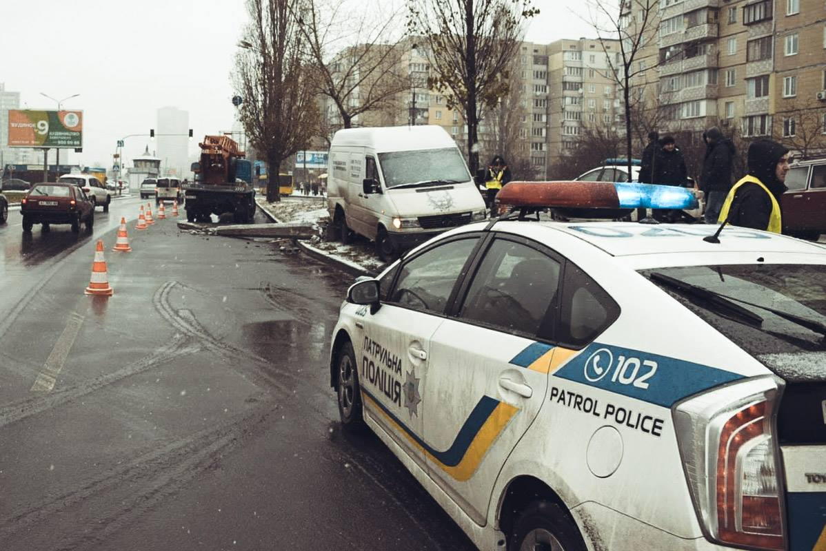 На месте аварии работает полиция
