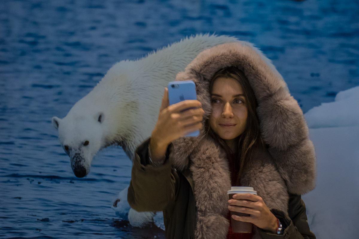 Посетители с удовольствием делали селфи на фоне ярких фотографий дикой природы