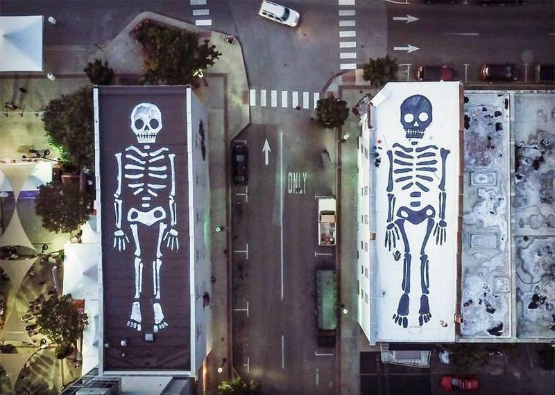 Литовский художник Эрнест Захаревич украсил два здания к Хэллоуину