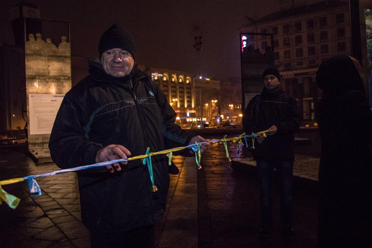 С помощью ленточек в желто-голубых цветах активисты сделали цепочку единства
