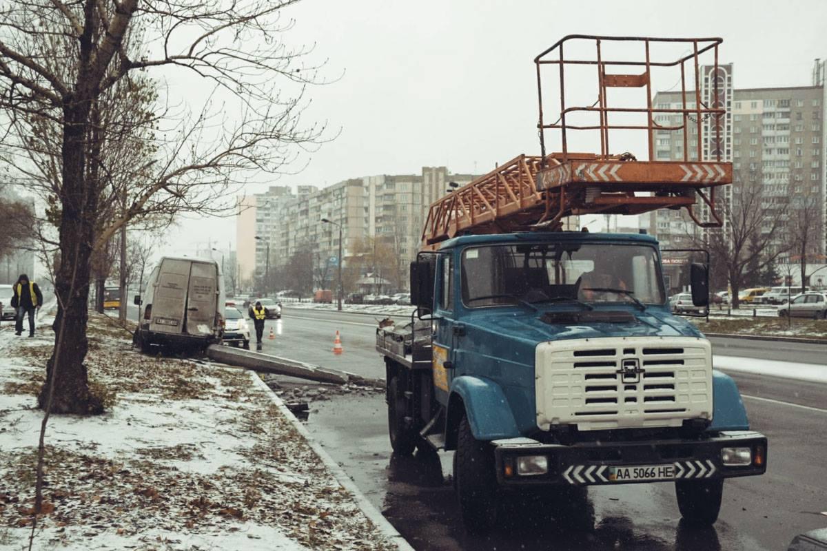 """Также приехали работники КП """"Киевгорсвет"""", они будут ремонтировать столб"""