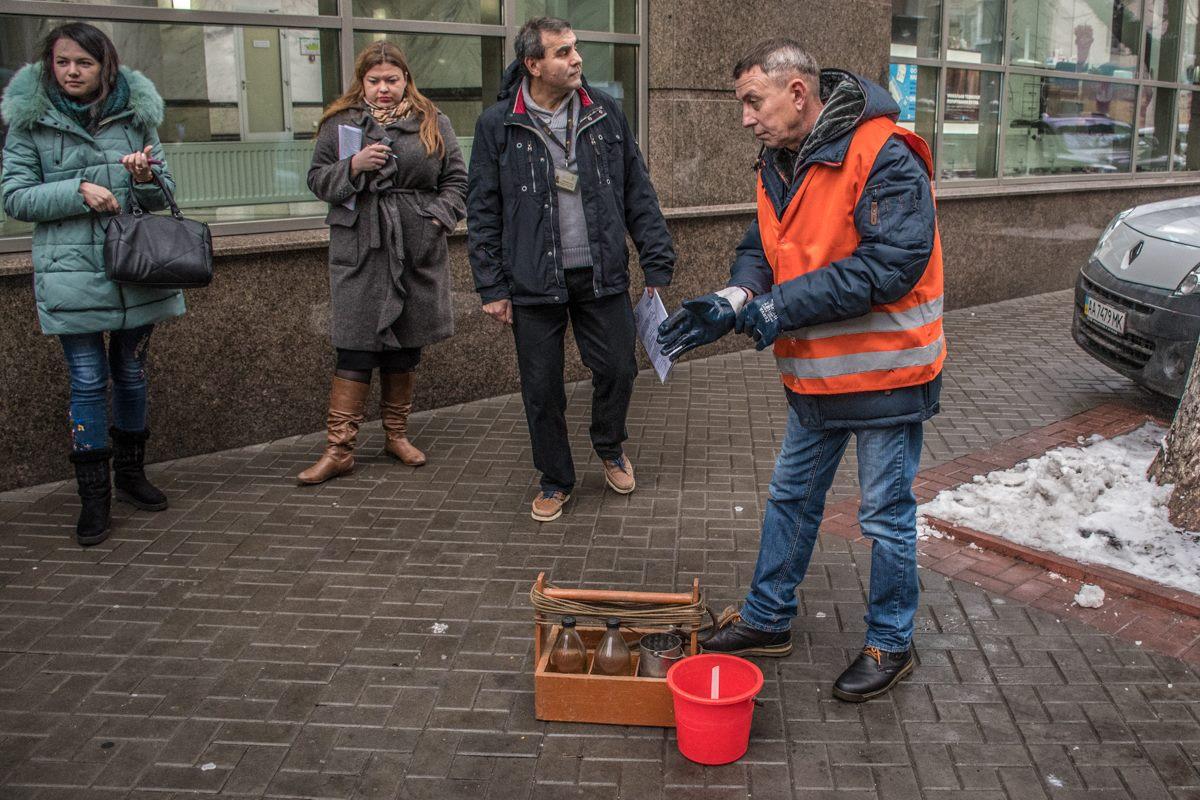 На улице Московской взяли пробу сточных вод