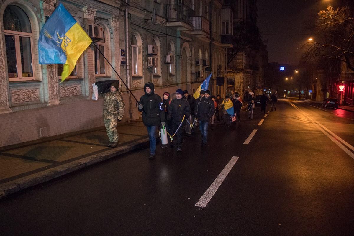 В 04:00 часа утра участники акции начали шествие от площади Независимости и прошли до Михайловского собора — путь, которым спасались студенты от беркутовцев 30 ноября 2013-го