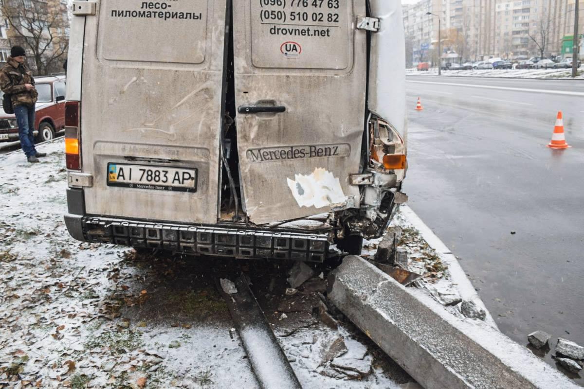 Mercedes-Benz влетел в фонарный столб