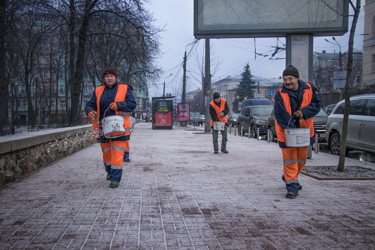 Коммунальщики  до сих пор продолжают посыпать тротуары специальной смесью