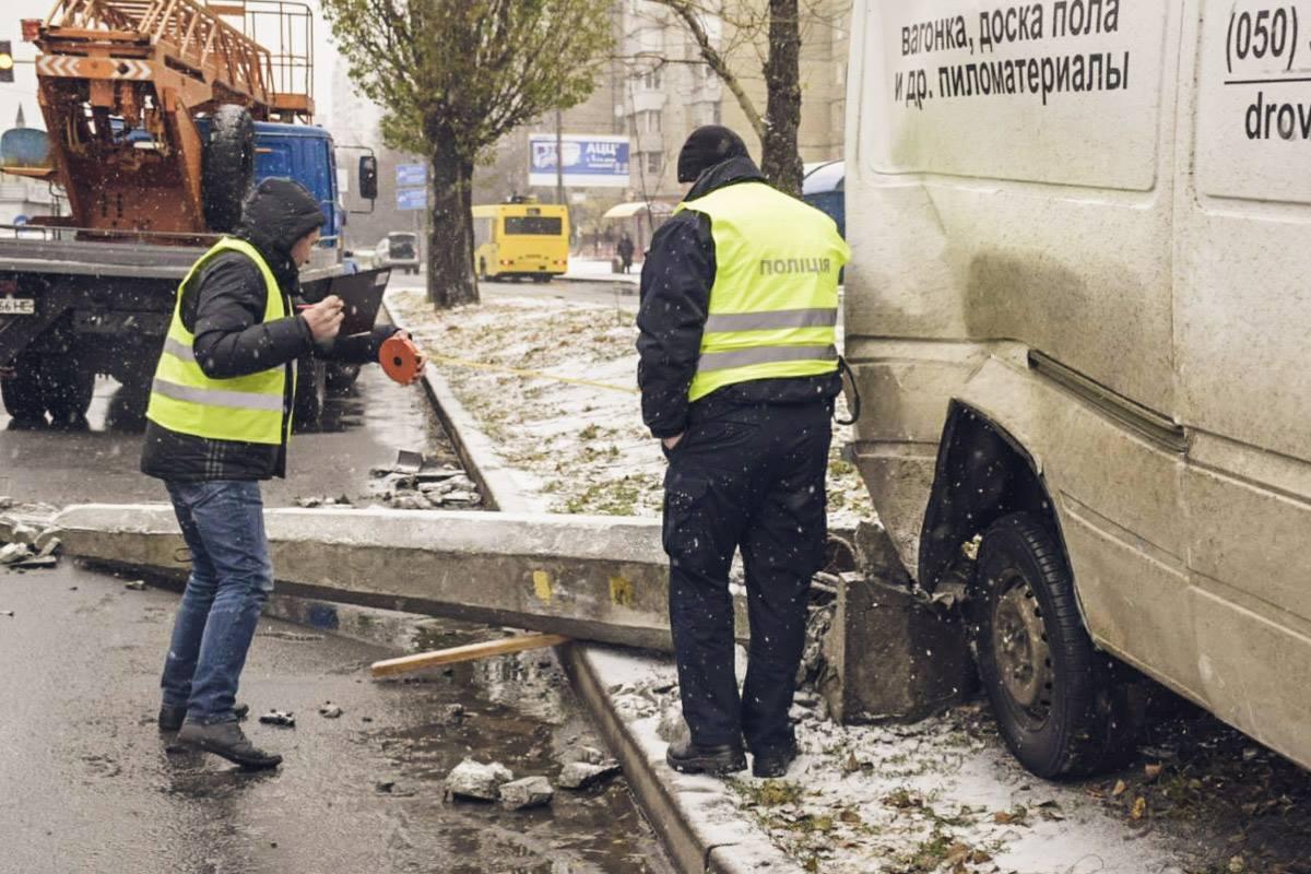 Пострадал водитель Mercedes-Benz, его увезла скорая с черепно-мозговой травмой