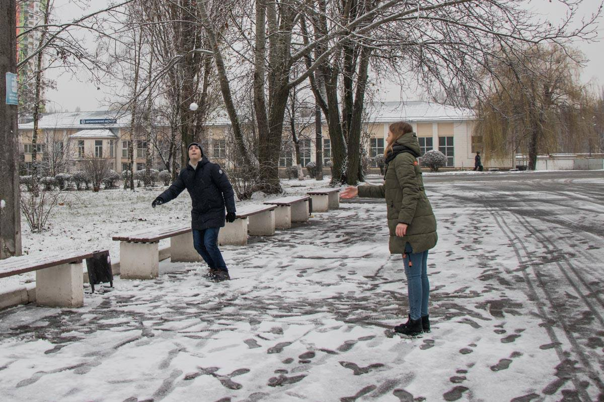 Молодежь уже даже начала играть в снежки