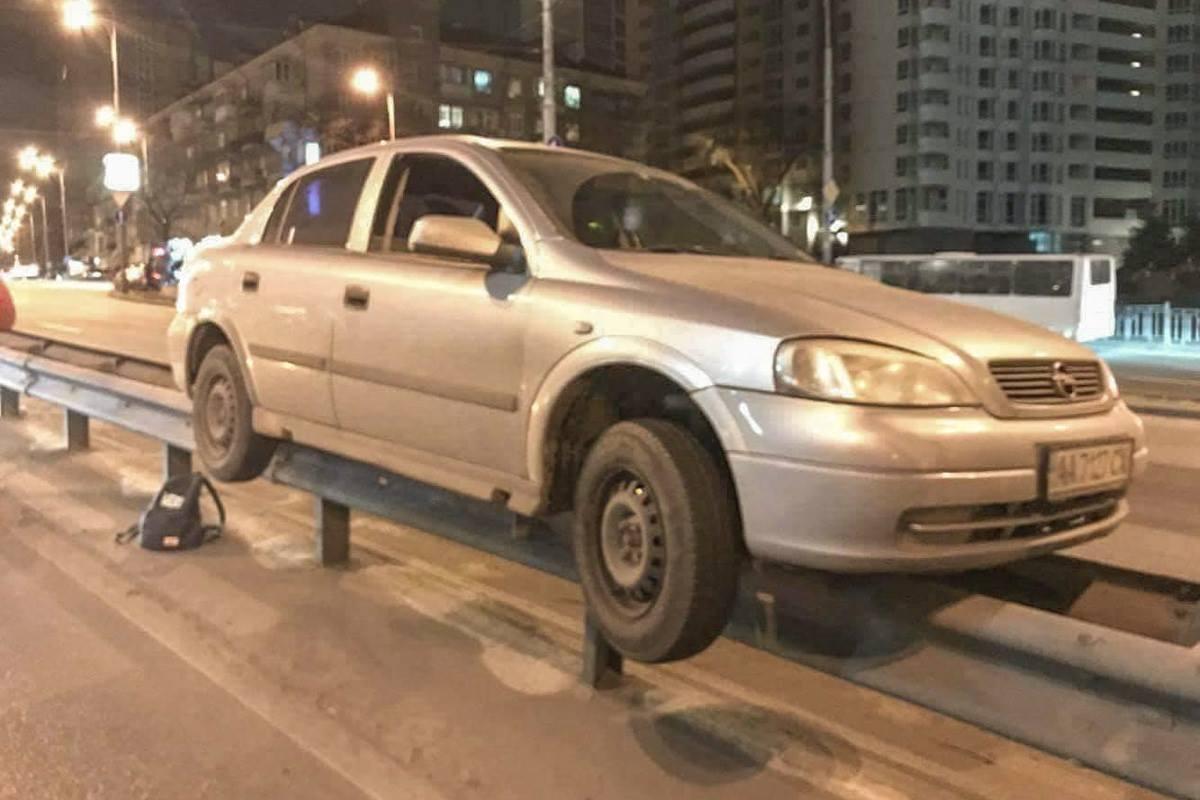 Opel повис на отбойнике