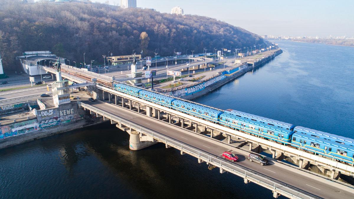 На правом берегу мост завершается станцией метро «Днепр»